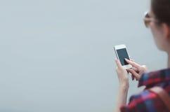 Kobieta używa smartphone outdoors, żeńskie ręki pokazuje palec czarny pustego ekranu smartphone Fotografia Stock