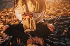 Kobieta używa smartphone w spadku Jesieni dziewczyna ma mądrze rozmowę telefoniczną w słońce racy ulistnieniu Portret Kaukaski Obrazy Royalty Free