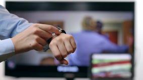 Kobieta używa smartwatch zamknięty up zbiory