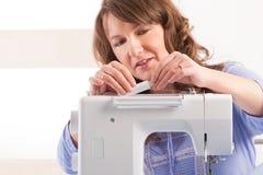 Kobieta używa szwalną maszynę Zdjęcia Royalty Free