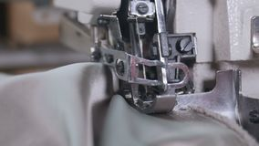Kobieta używa szwalną maszynę szyć tkaninę wpólnie zbiory