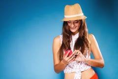 Kobieta używa telefonów komórkowych czytelniczych sms texting lub obrazy royalty free