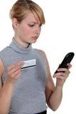 Kobieta używa telefon kartę Zdjęcie Stock