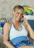 Kobieta Używa telefon komórkowego na plaży obraz royalty free