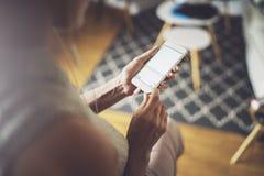 Kobieta używa telefon komórkowego przy słonecznym dniem w miejsce pracy horyzontalny zamazujący tło zdjęcie stock