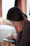 Kobieta używa telefon komórkowego salowego Obraz Stock
