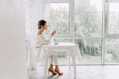 Kobieta używa telefon komórkowego w kawiarni Żeńska ręka z smartphone i kawą Fotografia Royalty Free