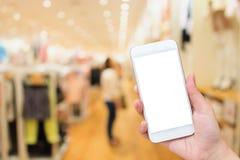 Kobieta Używa telefon komórkowego W sklepie odzieżowym obraz stock