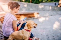 Kobieta używa telefon w parku zdjęcia stock