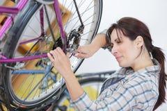 Kobieta używa wysiłek na rowerowej dokrętce fotografia stock