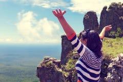 Kobieta uścisku natura przy Boliwijskimi górami na granicie z Brazylia rocznika skutkiem Obraz Stock