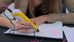 Kobieta używa 3D druku pióro Fotografia Royalty Free