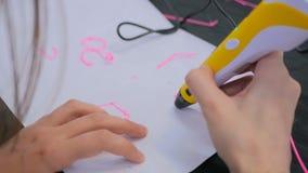 Kobieta używa 3D druku pióro Obraz Royalty Free