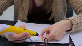 Kobieta używa 3D druku pióro Obrazy Stock