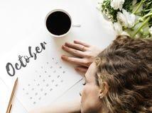Kobieta używa kalendarzowego minimalnego styl Fotografia Stock
