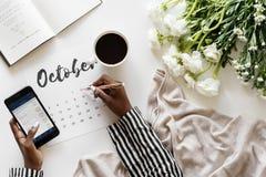 Kobieta używa kalendarzowego minimalnego styl Obraz Royalty Free