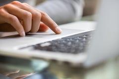 Kobieta używa laptop.macro Fotografia Royalty Free