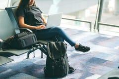 Kobieta u?ywa laptop w lotnisku podczas gdy siedz?cy zdjęcie royalty free