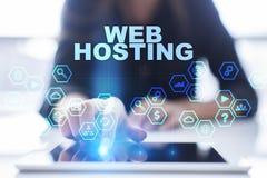 Kobieta używa pastylka komputer osobistego, naciska na wirtualnym ekranie i wybiera web hosting, Fotografia Stock