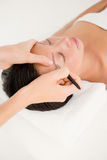 Kobieta używa pincety na cierpliwej brwi Zdjęcie Royalty Free