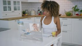 Kobieta używa przejrzystego monitoru zbiory