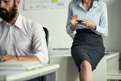 Kobieta używa smartphone w biurze Obrazy Royalty Free