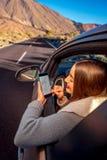 Kobieta używa smartphone w samochodzie Fotografia Royalty Free