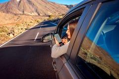 Kobieta używa smartphone w samochodzie Obrazy Royalty Free