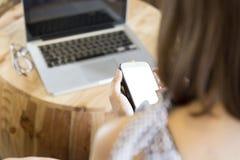 kobieta używa smartphone z laptopów eyeglas i notatnikiem Obraz Stock