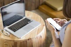 kobieta używa smartphone z laptopów eyeglas i notatnikiem Obrazy Royalty Free