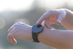 Kobieta używa smartwatch obrazy royalty free