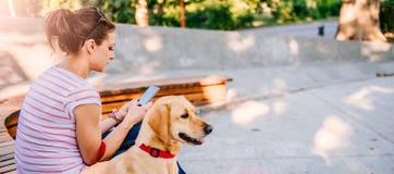 Kobieta używa telefon w parku Zdjęcie Stock