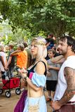 Kobieta ubierał jako elf z puple i blond pasmowy włosy w tłumu przy Renassiance Faire Muskogee Oklahoma 5 21 2016 obrazy stock
