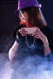 Kobieta ubierał jako popstar z wiszącą ozdobą Zdjęcia Royalty Free
