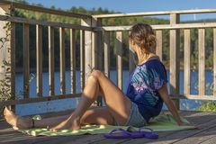 Kobieta ubierał w błękicie, cieszy się rzecznego krajobraz obrazy stock