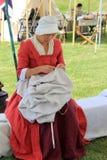 Kobieta ubierał w okres odzieży, spełnianie obowiązki, podczas Francuskiej i indianina wojny odtworzeń, fort Ontario, Nowy Jork,  zdjęcia royalty free