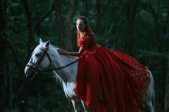 Kobieta ubierająca w średniowiecznej sukni zdjęcia stock