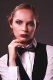 Kobieta ubierająca w kostiumu i łęku krawacie Fotografia Stock
