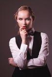Kobieta ubierająca w kostiumu i łęku krawacie Obraz Royalty Free