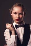 Kobieta ubierająca w kostiumu i łęku krawacie Obrazy Royalty Free