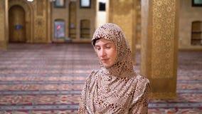 Kobieta Ubierająca w magdalenki kontuszu stojakach Wśrodku Islamskiej świątyni Egipt zbiory