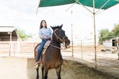 Kobieta uczenie Jechać konia zdjęcie stock