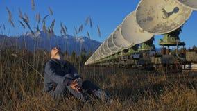 Kobieta ucznia operator instytut odpoczywa po pracy Słoneczna Ziemna fizyka Unikalnego szyka słoneczny radiowy teleskop zbiory wideo