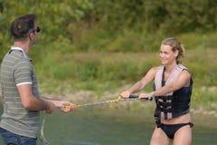 Kobieta uczy się waterski z instruktorem Obrazy Stock