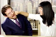 Kobieta uderza biznesowego mężczyzna szefa w biurze Zdjęcie Royalty Free