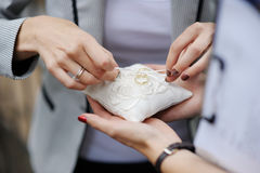 Kobieta umieszcza obrączki ślubne na poduszce zdjęcie stock
