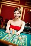 Kobieta umieszcza zakład przy kasynowym klubem obraz stock
