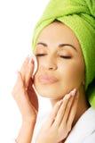 Kobieta usuwa makeup w bathrobe Zdjęcia Stock