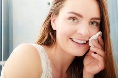 Kobieta usuwa makeup z bawełnianego mopu ochraniaczem Fotografia Royalty Free