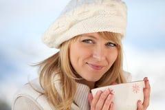 Kobieta utrzymuje ciepłą Fotografia Stock